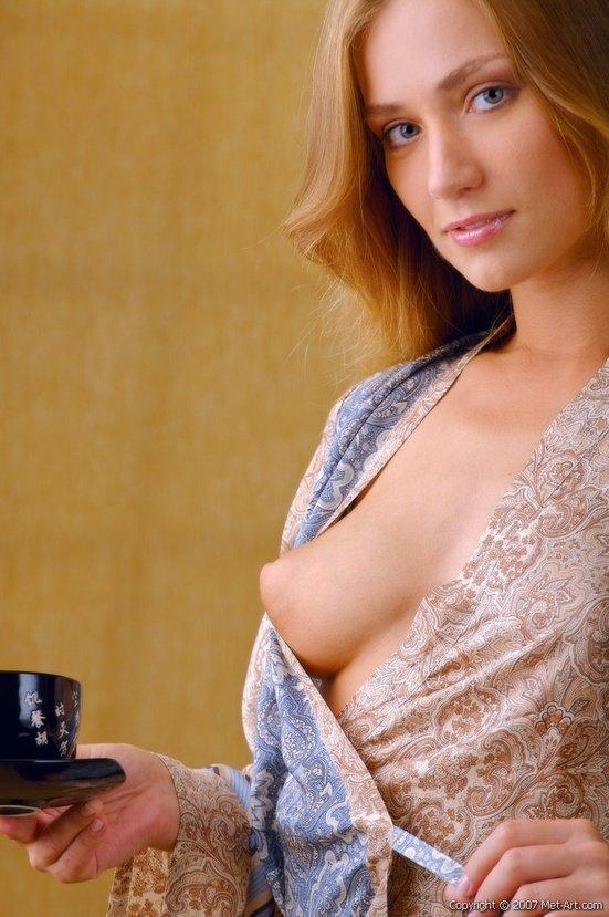 Эротические фото красивой девушки в домашнем халатике