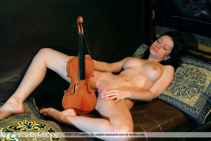 Эротические фотографии красивой голой девушки со скрипкой