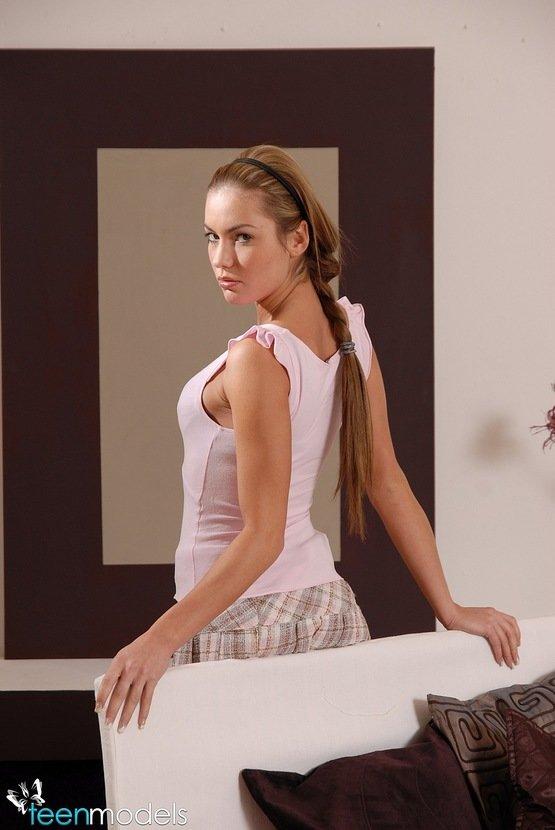 Эротическая фотогалерея красивой девушки на кровати