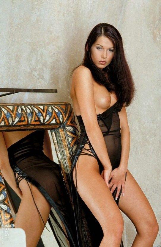 Эрогалерея роскошной брюнетки в черном вечернем платье