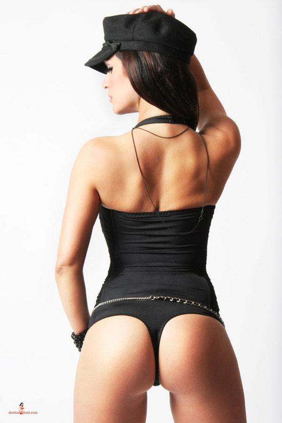 Эротические фото сексапильной девушки в черном кепи