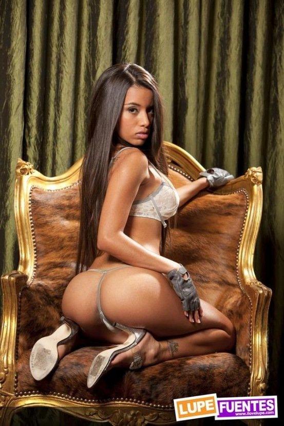 Эротическая фотогалерея сексапильной мулаточки в кресле