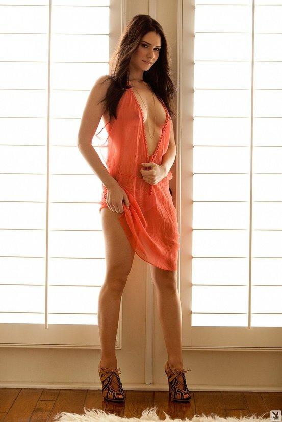 Эротическая галерея милой шатенки в персиковом платье