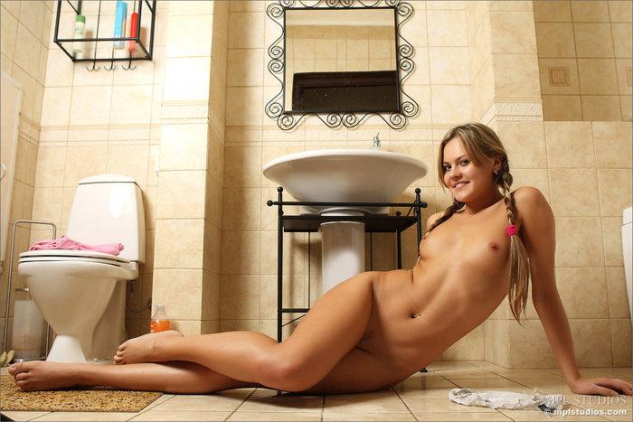 Эротические фотографии девушки-секси в розовой майке