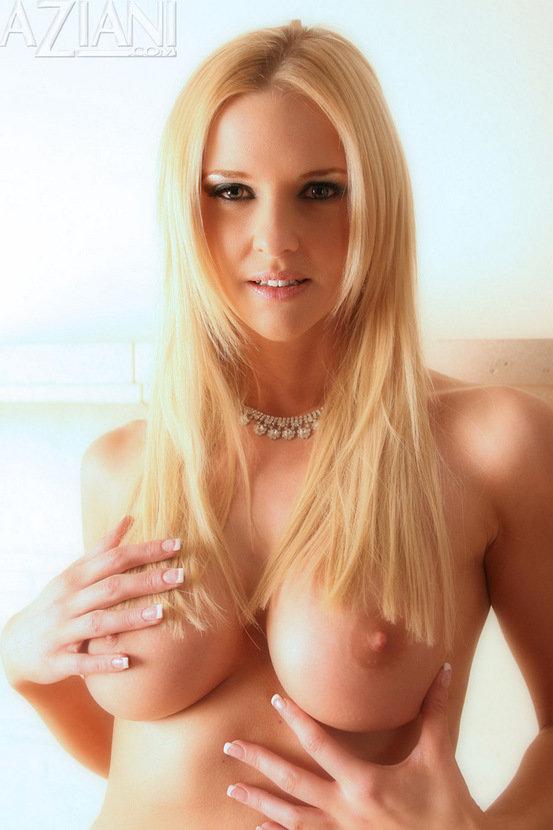 Эрогалерея блондинки-секси в коротком черном платье