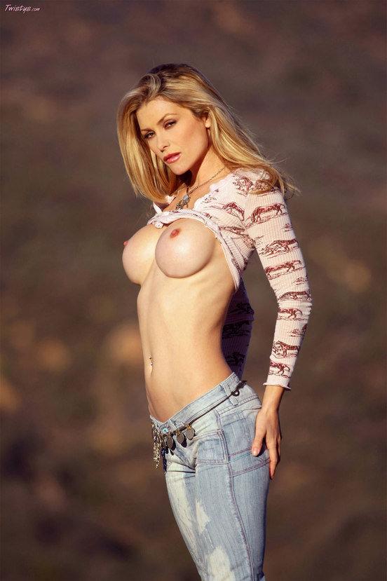 Эротическая фотосессия чувственной блондинки в джинсах