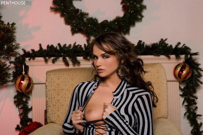 Эротический фотосет сексапильной брюнетки в полосатом платье
