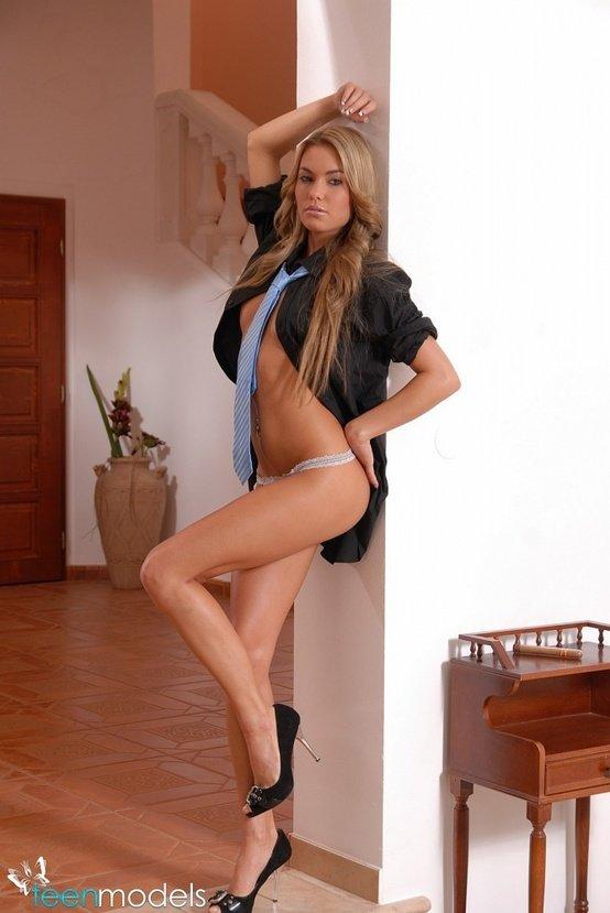 Эротические фотографии сексуальной блондинки с галстуком