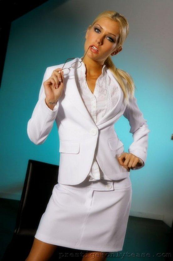 Эротическая галерея чувственной блондинки в белом костюме