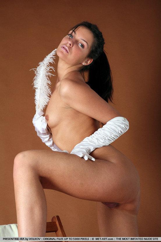 Эротическая галерея очаровательной брюнетки с белым пером