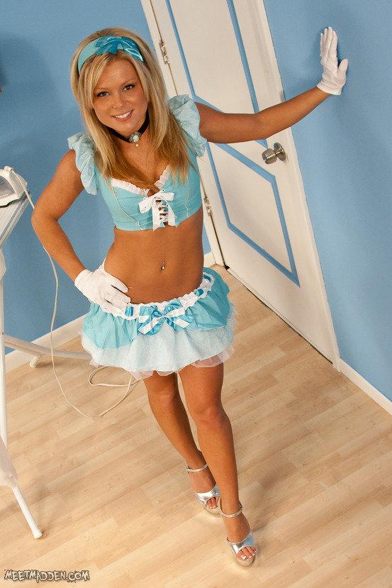 Эротическая галерея прелестной горничной в голубом костюме