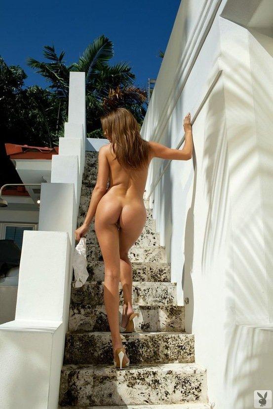Эротическая фотосессия девушки-секси в белых трусиках