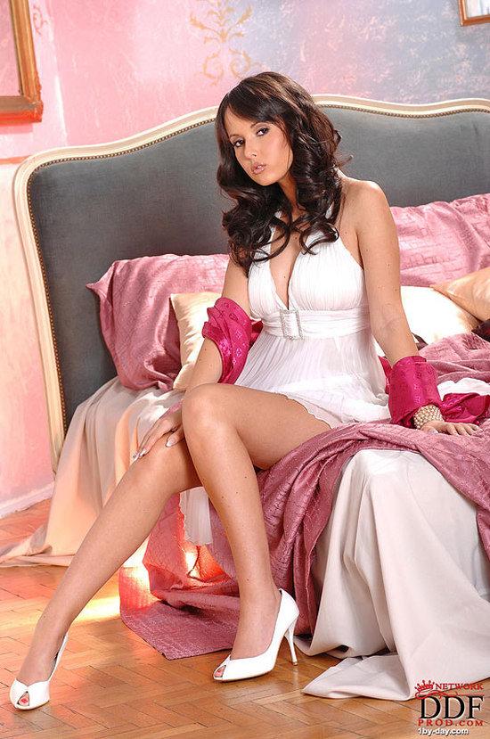 Эротические фотографии красивой девушки с розовым шарфом