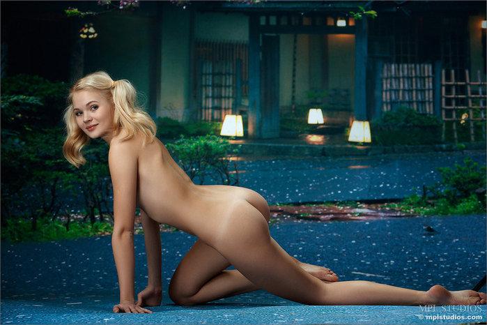Эротические фото девушки-секси в короткой клетчатой юбочке