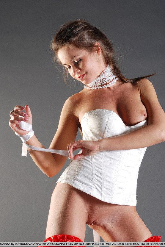 Эротические фото сексуальной девушки в красных чулочках