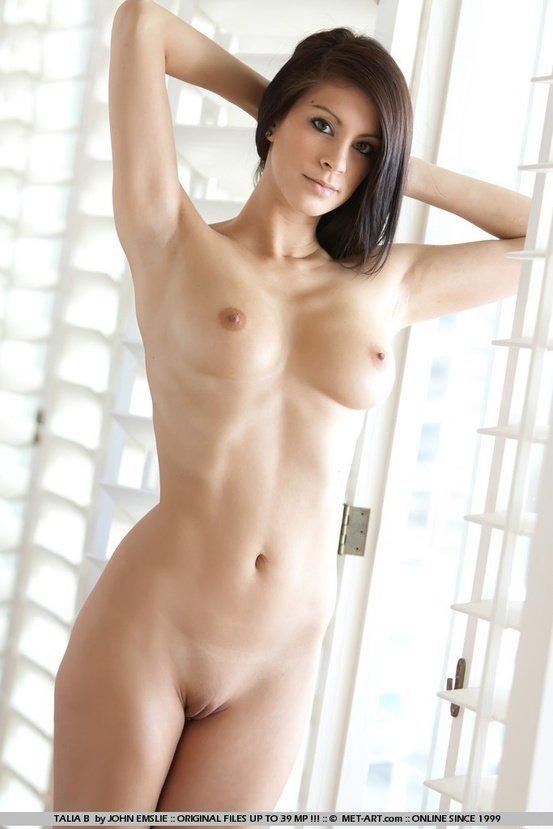 Эротическая галерея симпатичной девушки в белых чулках