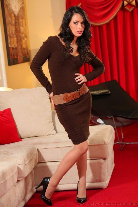 Эрогалерея сексуальной брюнетки в коричневом вязаном платье