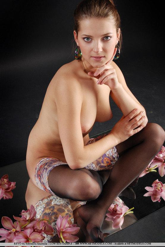 Эротические фотографии красивой девушки с орхидеями