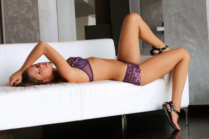 Эротический фотосет сексуальной девушки в фиолетовом белье