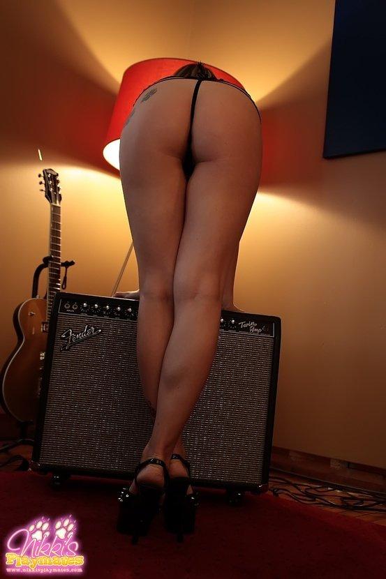 Эротические фото сексуальной девушки с гитарой Les Paul