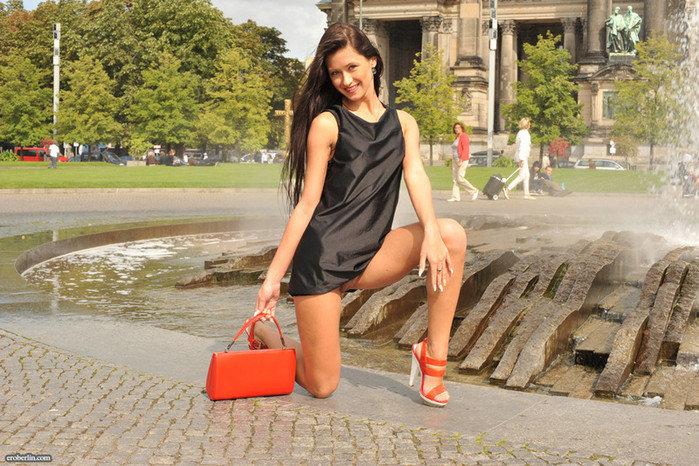 Эрогалерея симпатичной брюнетки в черном шелковом платье