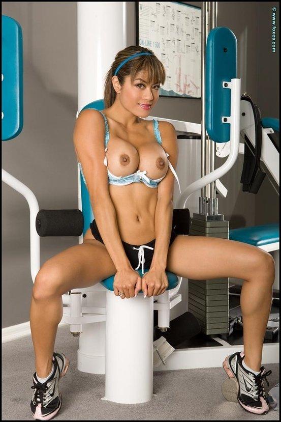 Эротические фото девушки-секси на спортивном тренажере