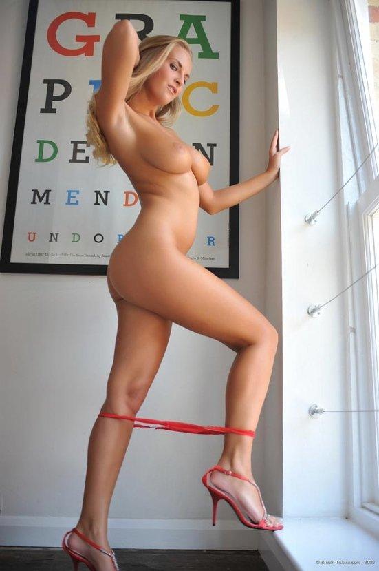 Эротический фотосет милой блондиночки в красном бикини