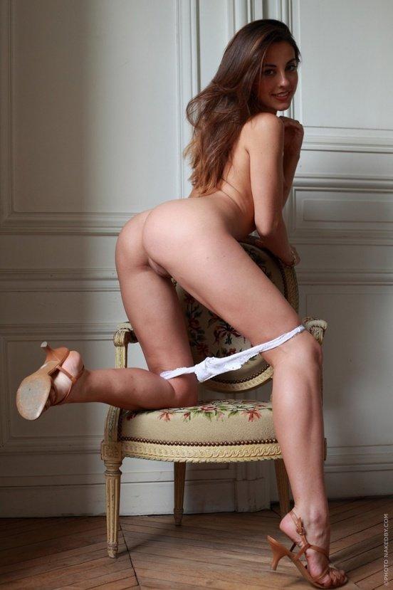 Эротические фотографии красивой девушки в желтом платье
