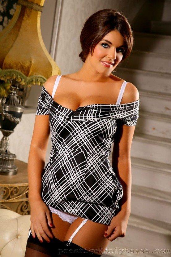 Эротическая фотогалерея игривой шатенки в строгом платье