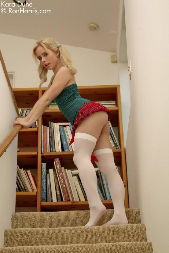 Эротические фото сексуальной девушки в красной юбочке