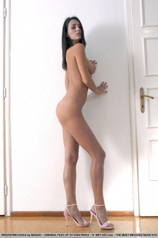 Эротический фотосет длинноногой брюнетки в белом купальнике