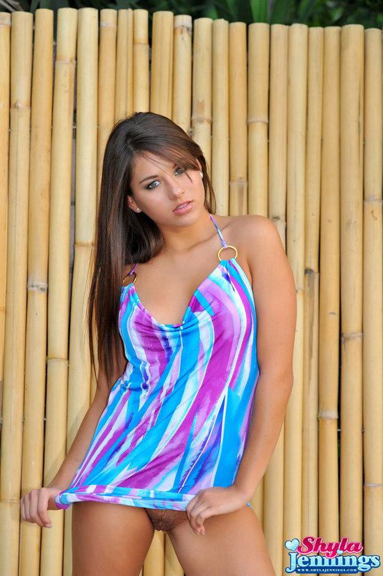 Эротические фотографии красивой девушки в цветном платье