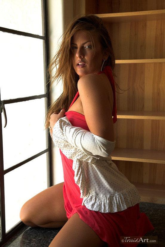 Эротическая фотосессия сексапильной шатенки в розовом платье