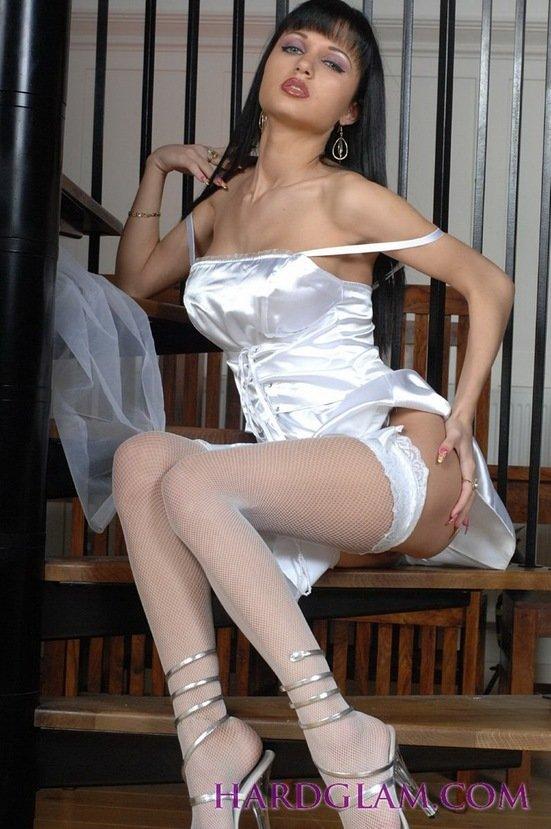 Эротическая галерея игривой невесты в подвенечном платье