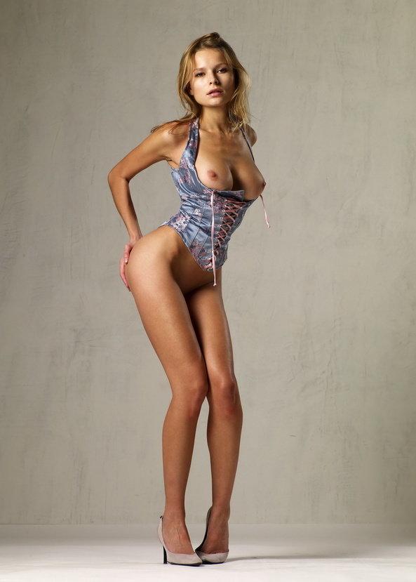 Эротическая фотосессия девушки в забавных трусиках с рюшами