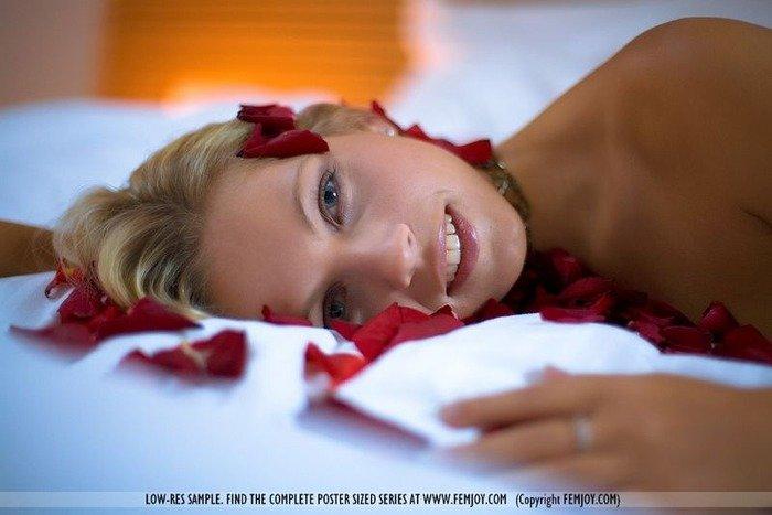 Эротические фотографии голой блондинки в лепестках роз
