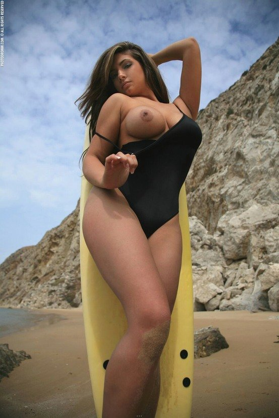 Эрогалерея сексапильной брюнеточки с доской для серфинга