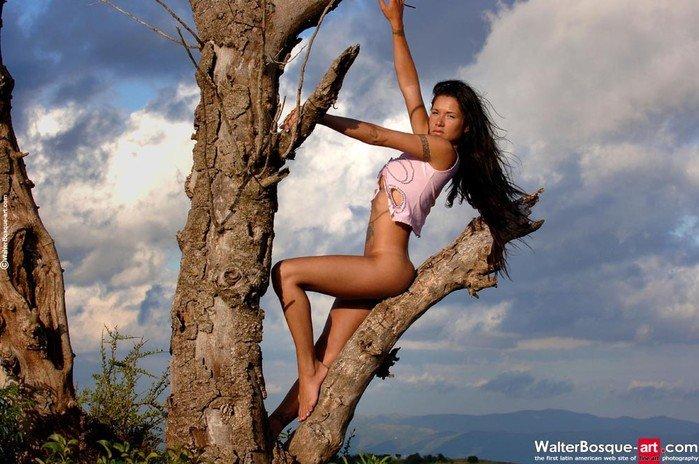 Эротические фотографии красивой девушки на старом дереве