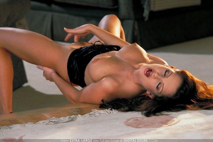 Эротическая галерея брюнетки-секси в платье со шнуровкой