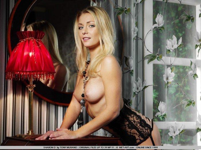 Эротические фотографии красивой девушки с красной лампой