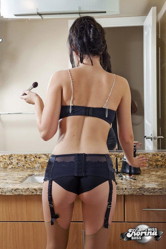 Эротическая фотосессия сексуальной брюнетки за макияжем