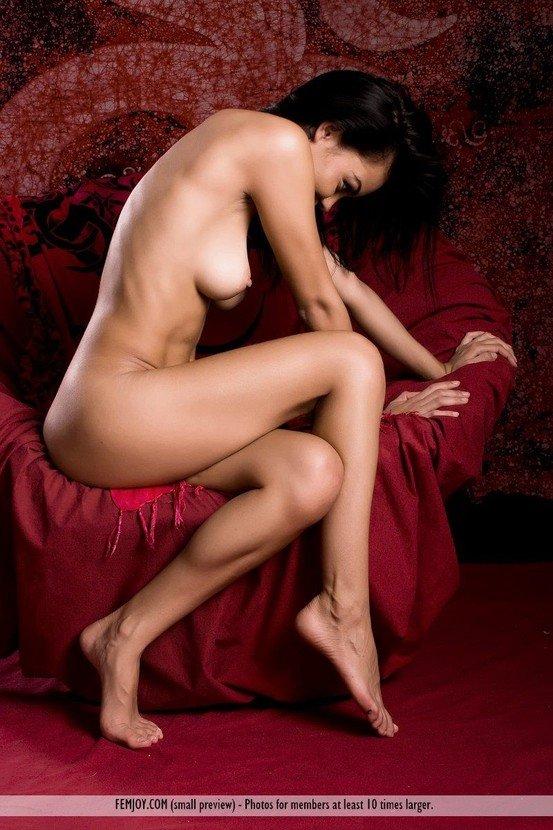 Эрогалерея милой черноглазой девушки в коротенькой юбочке