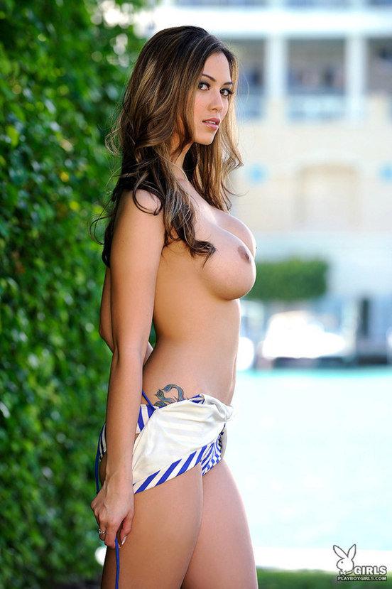 Эротические фото сексуальной девушки в полосатом купальнике