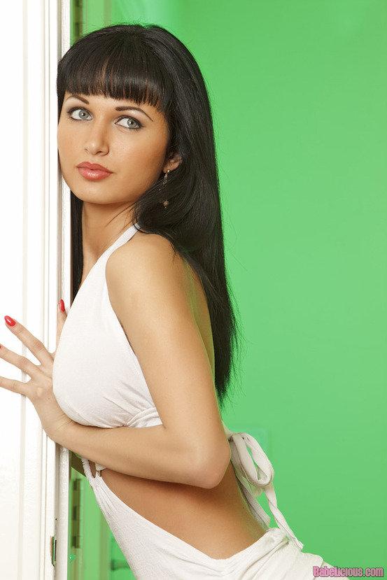 Эротический фотосет роковой брюнетки в белом платье