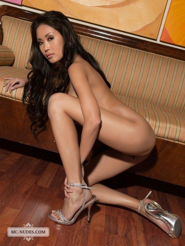 Эротическая фотосессия обнаженной азиатки на диванчике