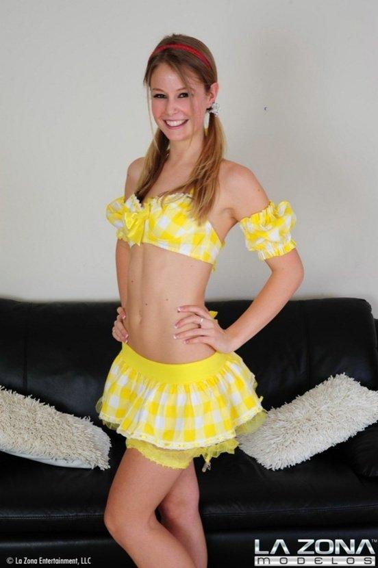 Эротическая фотосессия блондиночки-секси в желтом костюмчике