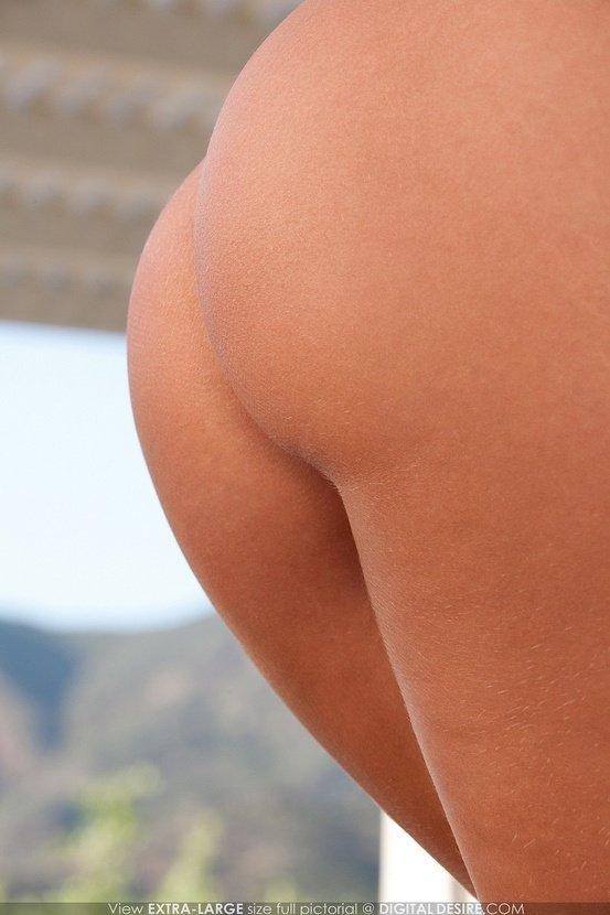 Эротический фотосет чувственной блондинки в розовом бикини