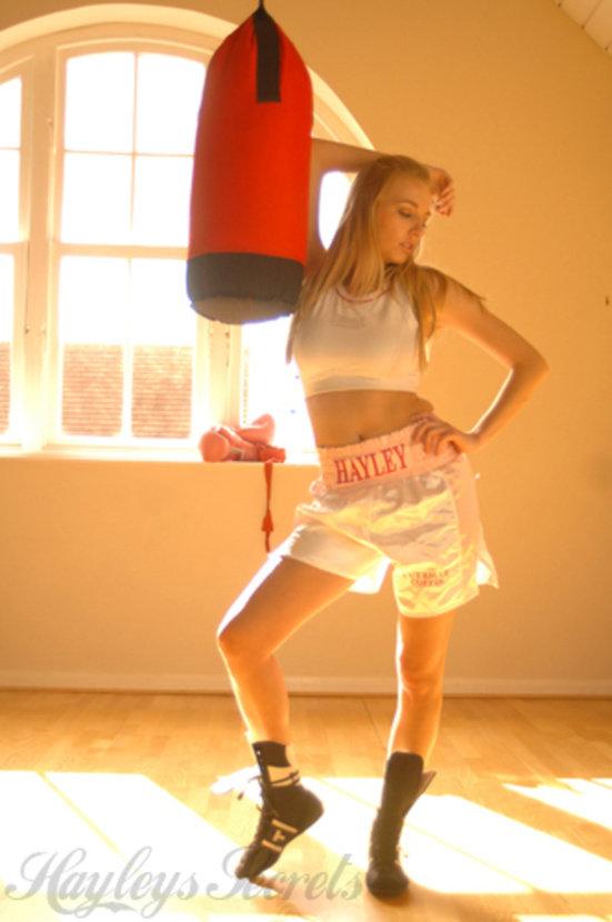 Эротическая фотосессия сексапильной блондиночки-боксерши