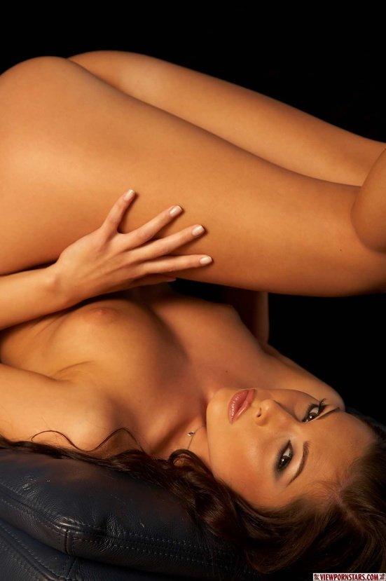 Эротические фото красивой девушки-брюнетки в розовом белье