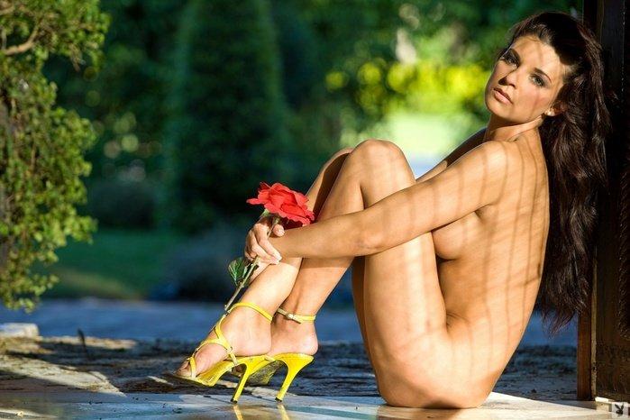 Эротические фотографии красивой обнаженной девушки с розой
